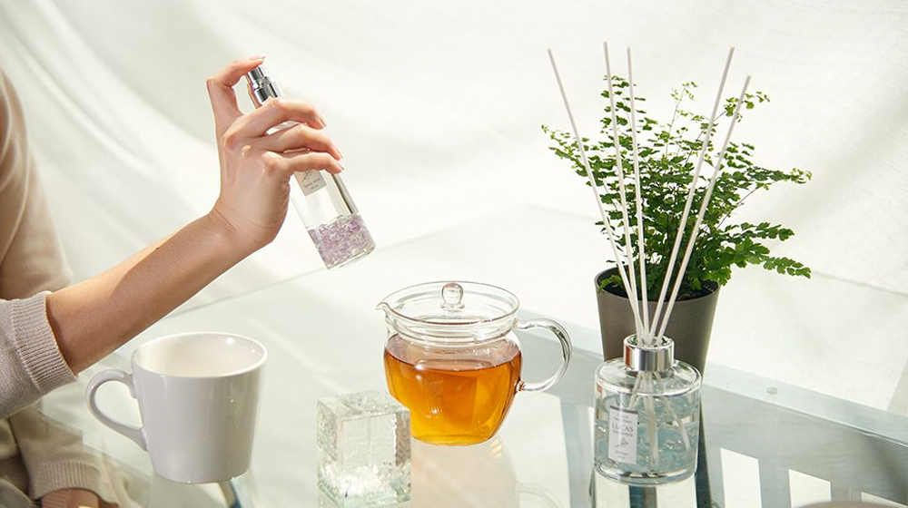 ホワイトセージやお香、スプレーを使って部屋をいい香りで満たす